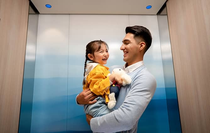 img-elevator-dad-daugther